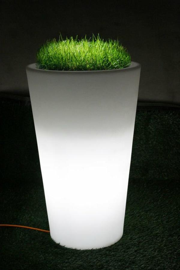 Beleuchteter-Blumentopf-in_Weiß_Gras