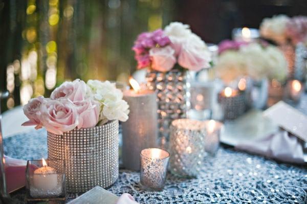 Blumen-Glitzersteine-Vasen-Tisch-Deko-Silvester-Rosen-weiß-rosa