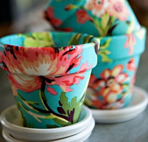 DIY-Blumentöpfe-dekorieren-textilien-kleben-blumen