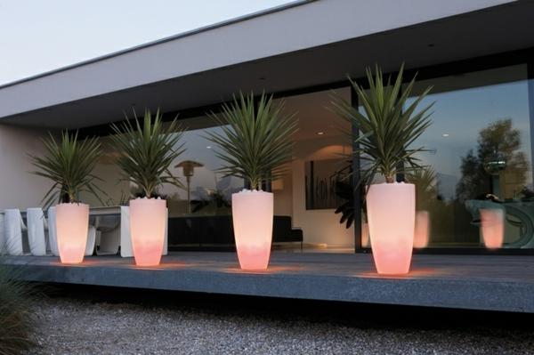 Blumentopf-Ideen-Beleuchtung-in-Rosa-Dekoideen