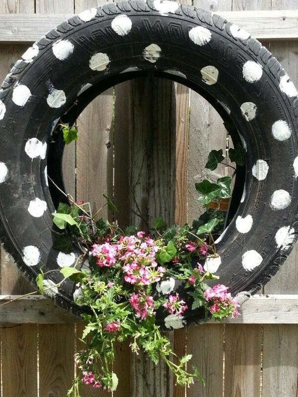 Blumentopf-aus-einem-gestreichten-Reifen-Idee