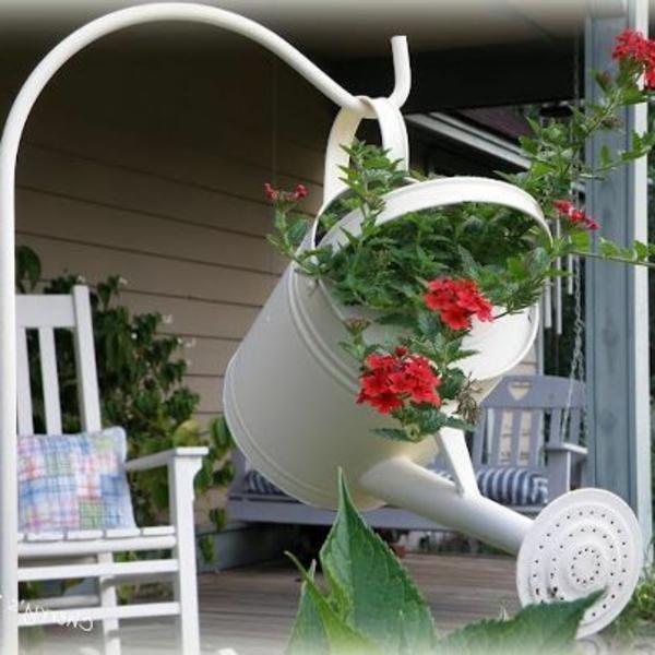 origineller-Blumentopf-aus-einer-Gießkanne