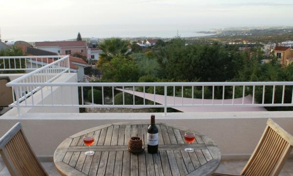 Dachterrasse-mit-tollem-Aussicht-Tisch-und-Stühle