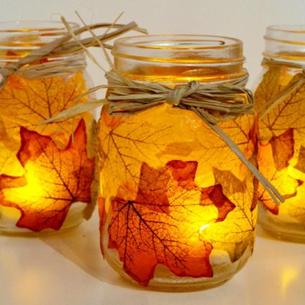 Dekoration-für-den-Herbst-selber-machen-Blätter-und-Kerzen-warme-Farbe