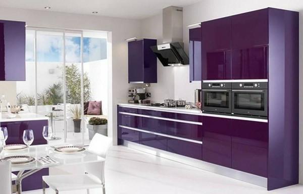 Design-Effektvolle-Küchengestaltung-Küche-in-Violett-und-Weiß