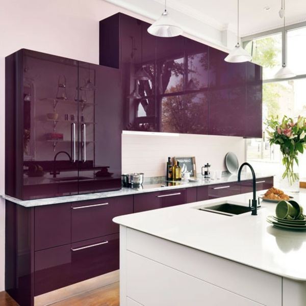 Effektvolle-Küchengestaltung-Violett-Weiß-Glanzfronten