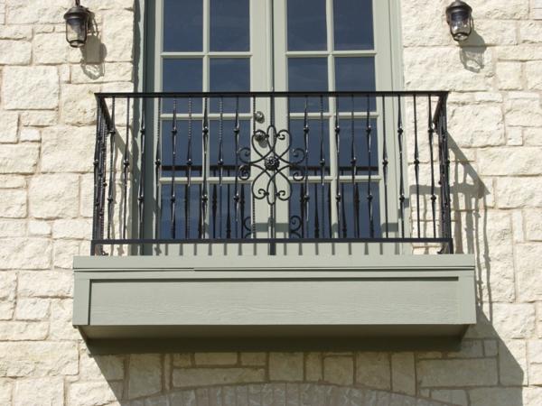 Eisen-Geländer-für-einen-Balkon-mit-Ornamenten