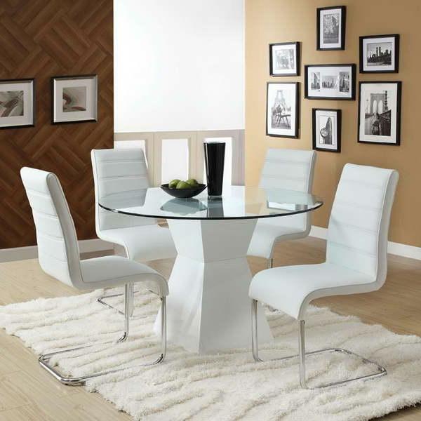 Esszimmer-mit-Glastisch-und-Teppich-in-weißer-Farbe