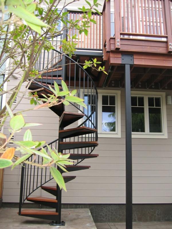 Exterior-Design-Idee-Außentreppen-mit-Holzstufen