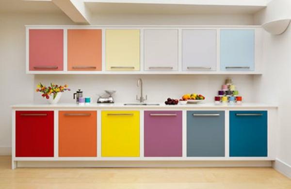 Faszinierende-Küchengestaltung-mit-vielen-Farben