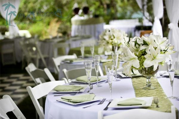 Feier-Tischdekoration-in-weißer-und-grüner-Farbe