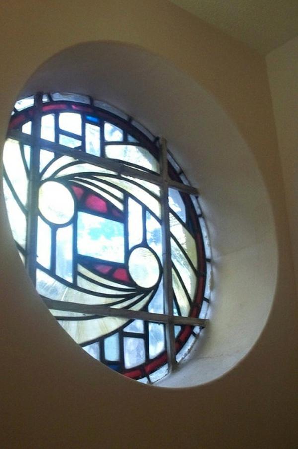 Fenster-in-runder-Form-buntes-Glas