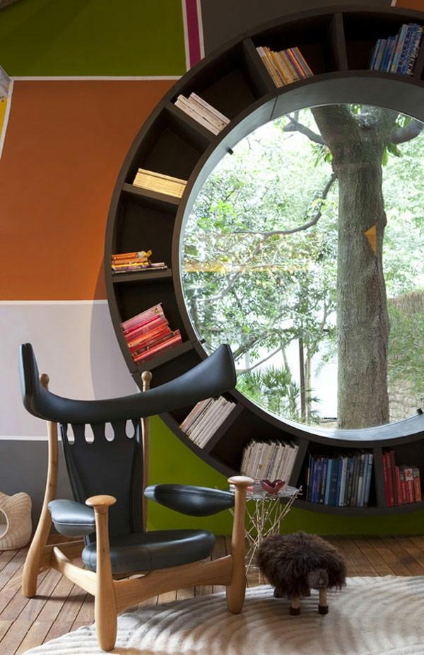 Fenster-in-runder-Form-mit-Bücherregale-im-Wohnzimmer