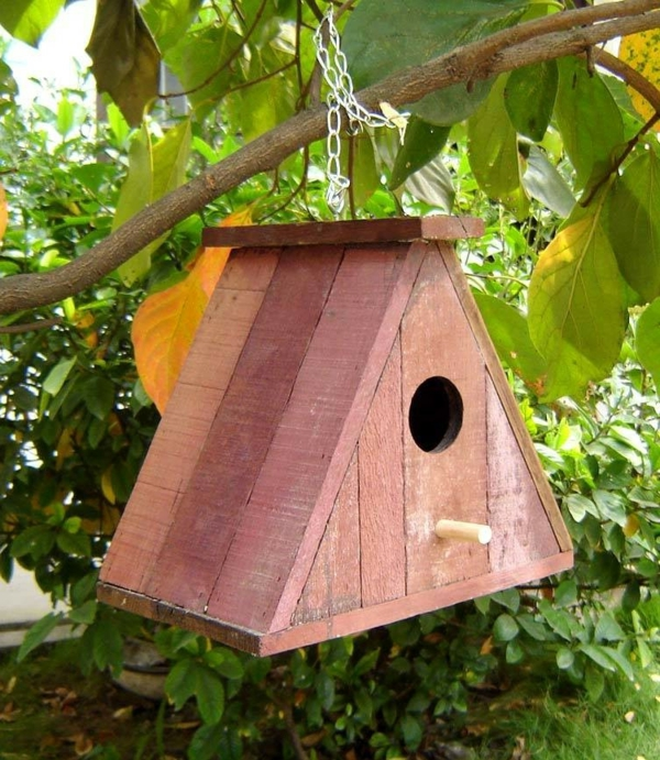 Futterhaus-für-Vögel-aus-Holz-am-Baum