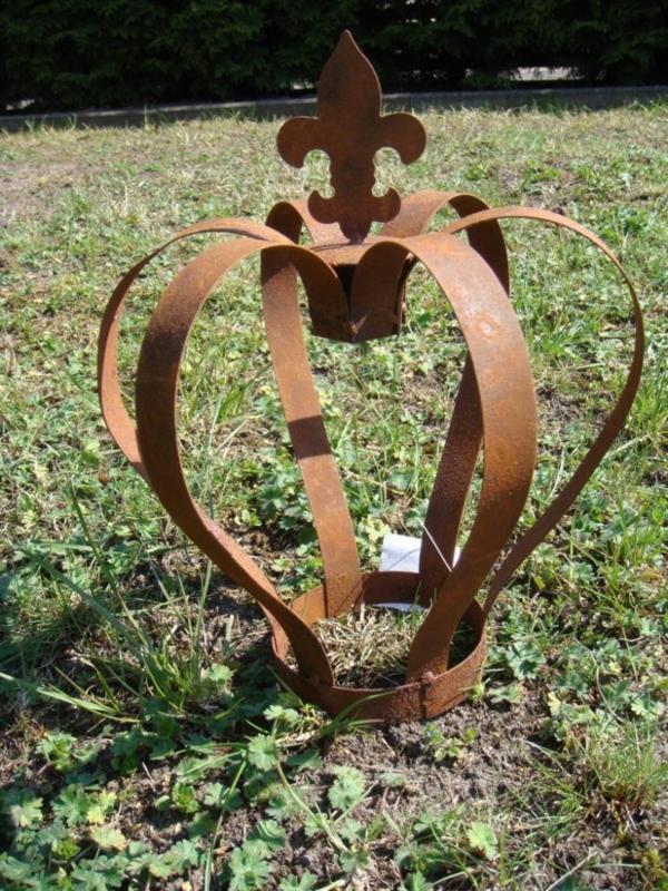 Gartendeko-aus-Rost-Krone-Figur
