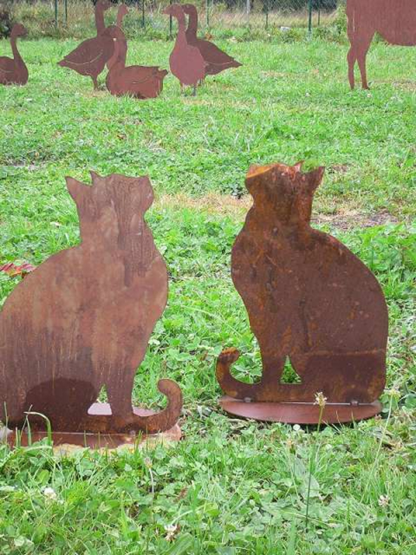 Gartendeko-aus-Rost-zwei-Katzen-Gänse