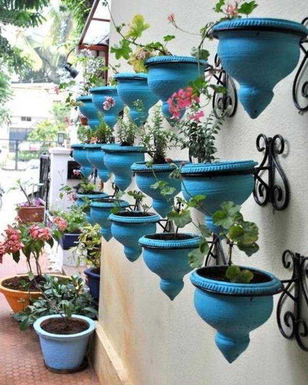 Gartendekoration-Ideen-Blaue-Blumentöpfe