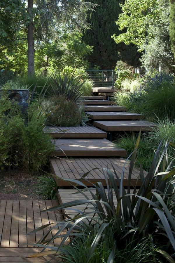 schöne-Treppe-aus-Holzplatten