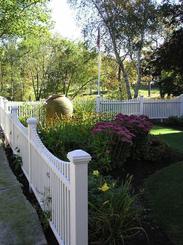 Gartendesign-Gartenzaun-in-Weiß-aus-Holz