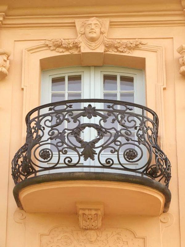 Geländer-aus-Eisen-für-einen-runden-Balkon