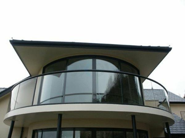 Geländer-für-einen-Balkon-aus-Glas