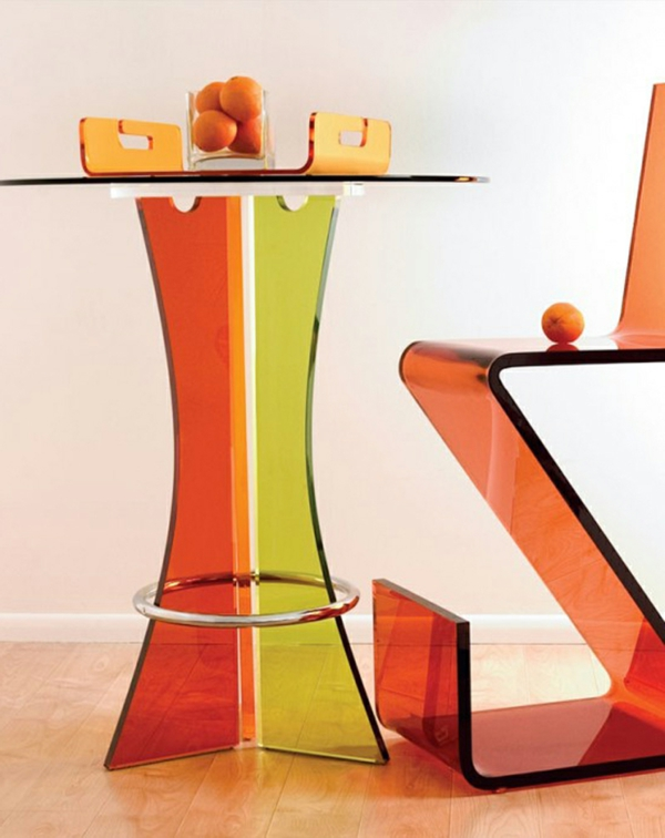 kreativ-gestalteter-tisch-in-orange