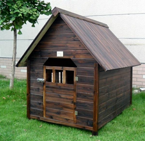 Haus-aus-dunklem-Holz-für-einen-Hund-bauen