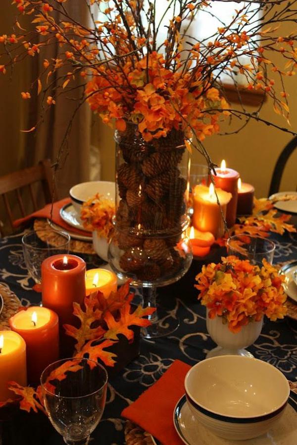 Herbstliche-Dekoration-Blätter-Kerzen-auf-dem-Tisch