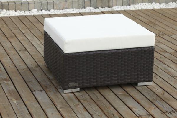 Hocker-aus-Polyrattan-mit-weißem--Sitzkissen
