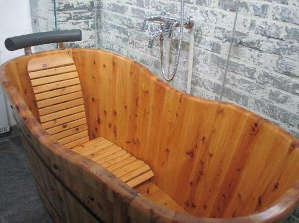 Holzbadewanne coole vorschl ge for Holzbadewannen freistehend