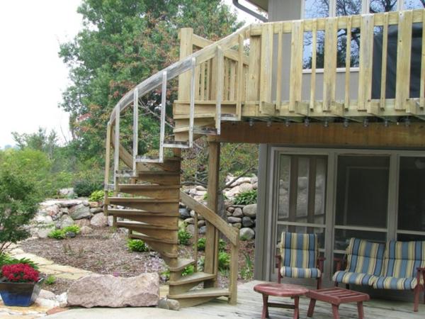 Holztreppe-mit-Geländer-Designidee