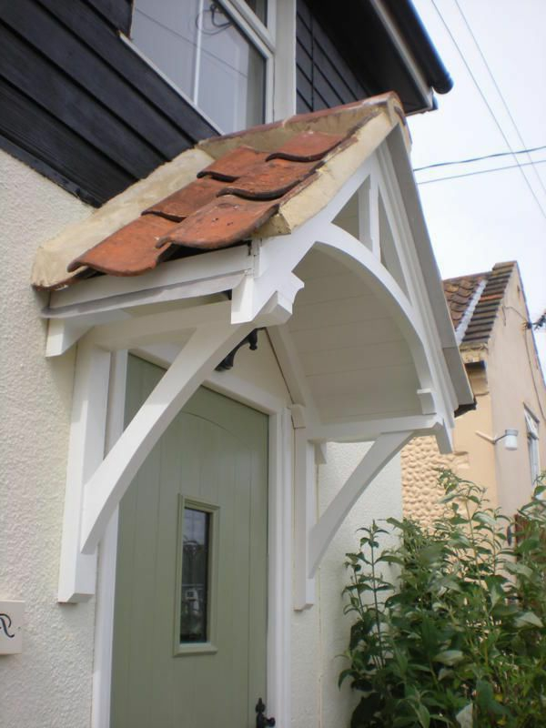 Holzvordächer-Haustür-weiße-Farbe