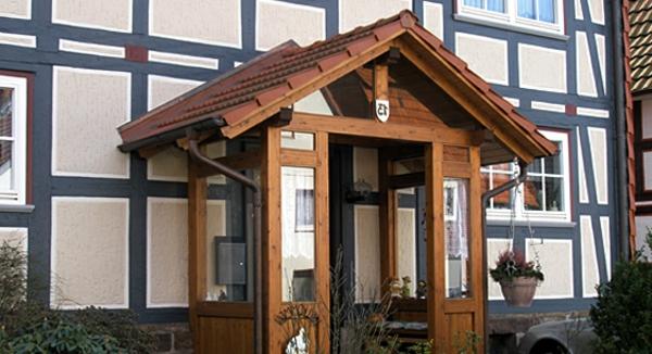 schönes-Holzvordach-über-der-Eingangstür-