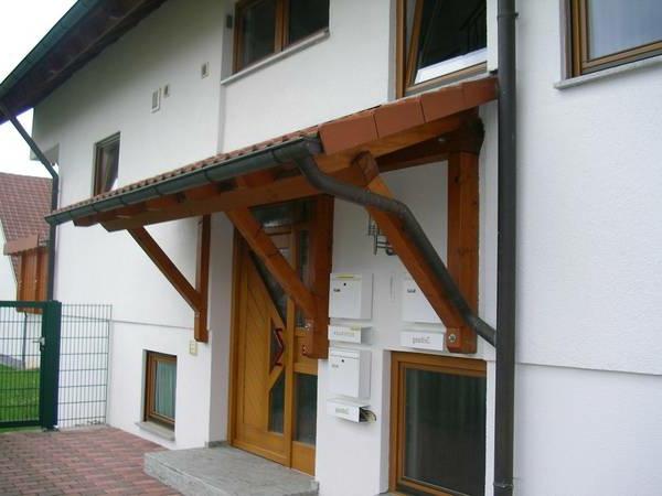Holzvordach-über-der-Eingangstür-Design