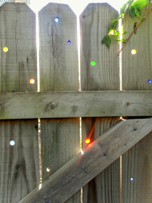 Holzzaun-mit-kleinen-Löchern