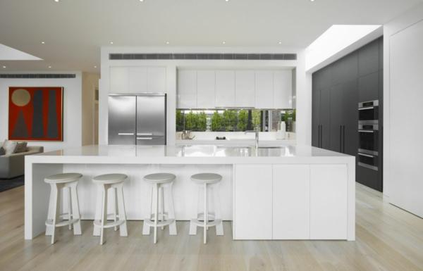 Faszinierende weiße Küche mit moderner Kücheninsel.