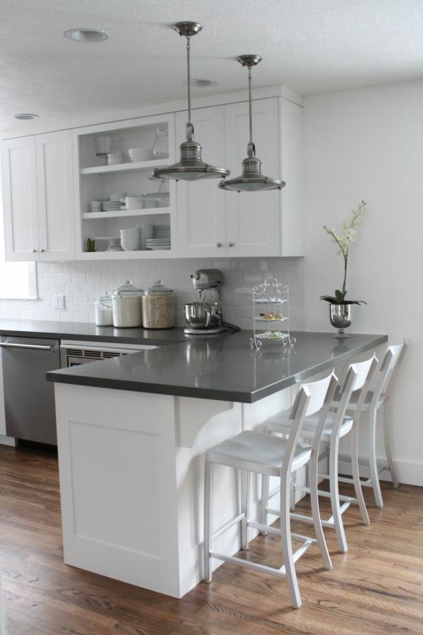 Design-Idee-Küche-mit-Bar-und-weißen-Stühlen