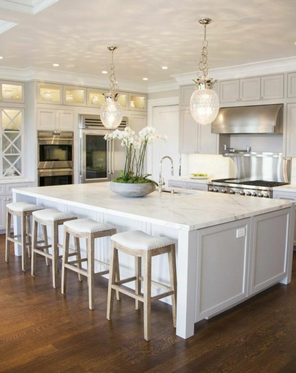 Design-Idee-Küche-mit-weißer-Bar-Hausbar