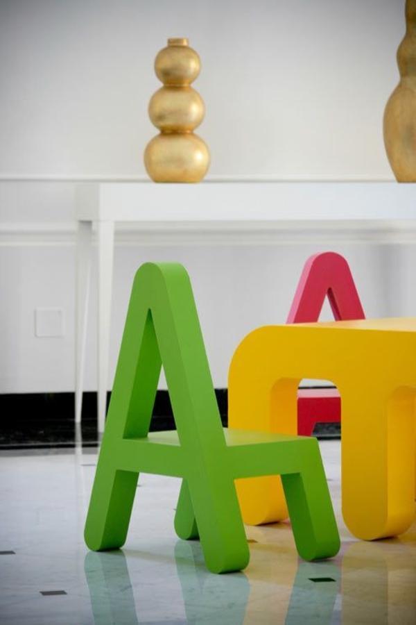 Kinderstühle-schöne-Farben-Buchstabe