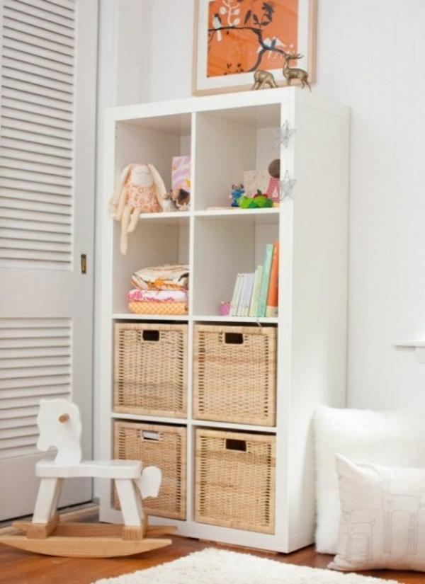 tolles-Kinderzimmer-Gestaltungsideen-Regal-in-weißer-Farbe