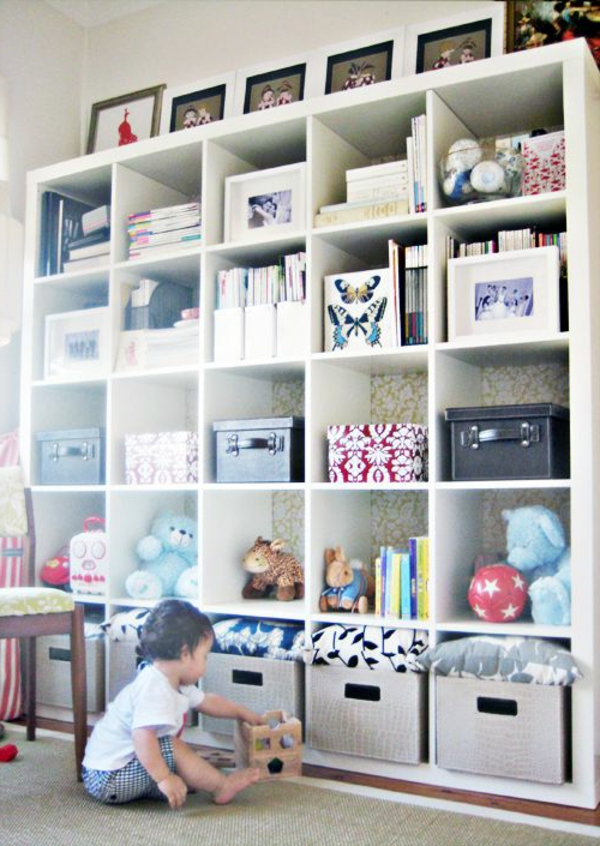 schönes-Kinderzimmer-Gestaltungsideen-weißes-Regal