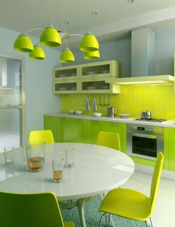 Kreative-Küchengestaltung-Limegrün-grüne-Stühle