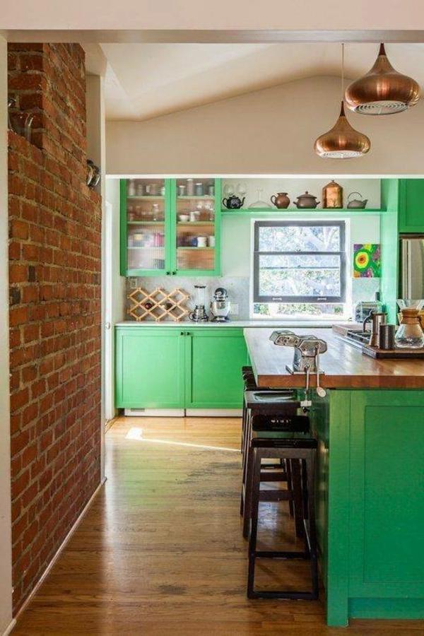 Kreative-Küchengestaltung-grüne-Schränke-Holzboden