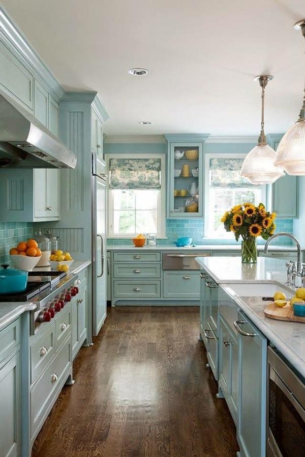 Kreative-hellblaue-Küchengestaltung-Holzmöbel