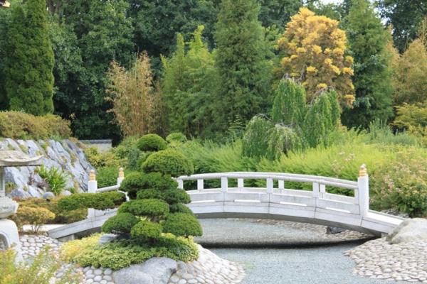 Landschaft-Japanischer-Garten-mit-Brücke-in-Weiß