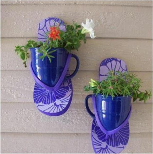 Latschen-in-Lila-Blumentoepfe-kreative-Idee