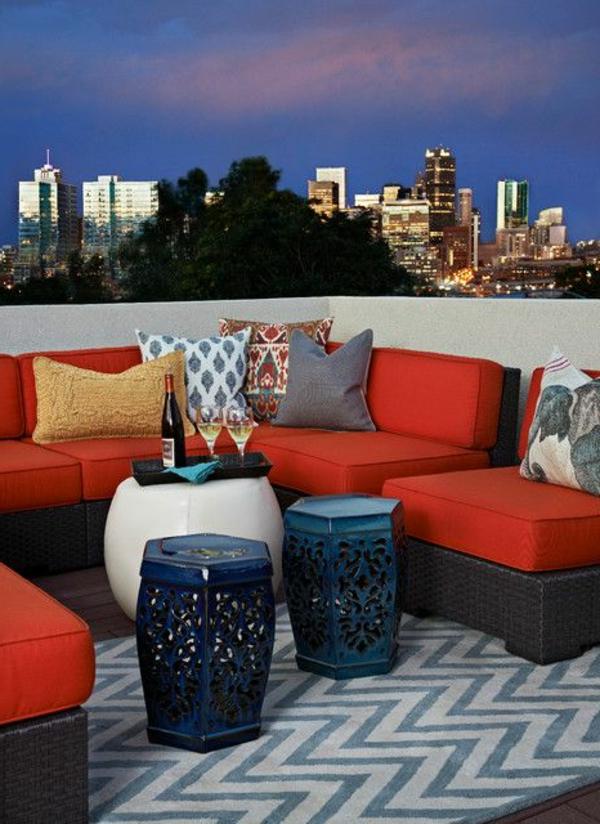 Loungemöbel-aus-Rattan-auf-der-Dachterrasse