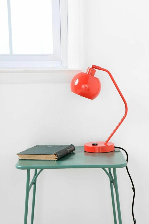 Orange-Schreibtischampen-fürs-Kinderzimmer-grüner-Tisch