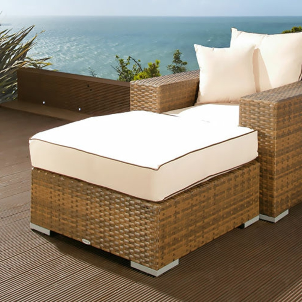 Polyrattan-Hocke-mit-weißem-Sitzkissen-Design-Idee