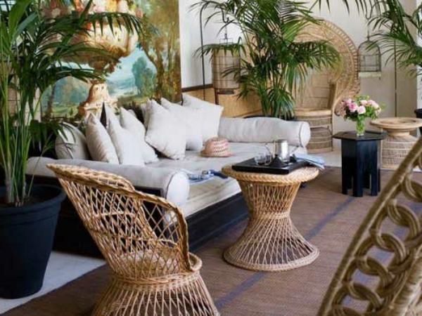 Rattan-Gartentisch-mit-Stühlen-vor-dem-Haus